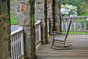 Schaukelstuhl auf Veranda